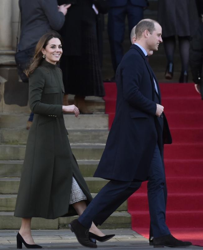 凱特與威廉15日出席活動。凱特身穿Alexander Mcqueen 的墨綠色大衣,搭配Aspinal of London的小黑方包,腳踩Gianvito Rossi的黑色跟鞋。(美聯社)