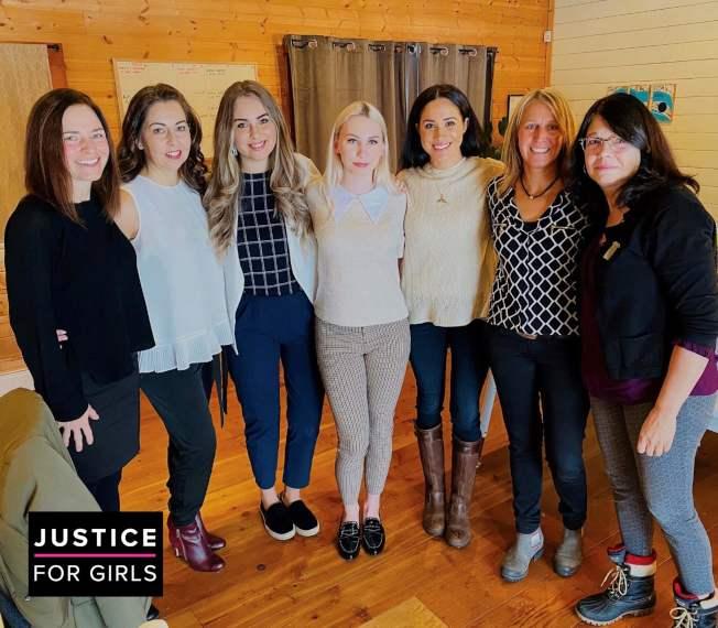 梅根15日參觀溫哥華的婦女慈善機構,身穿The Row的奶油白毛衣,價錢過千美金。(美聯社)