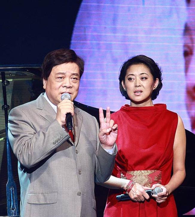春晚主持「黃金組合」倪萍(右)和趙忠祥(左)。(取材自微博)