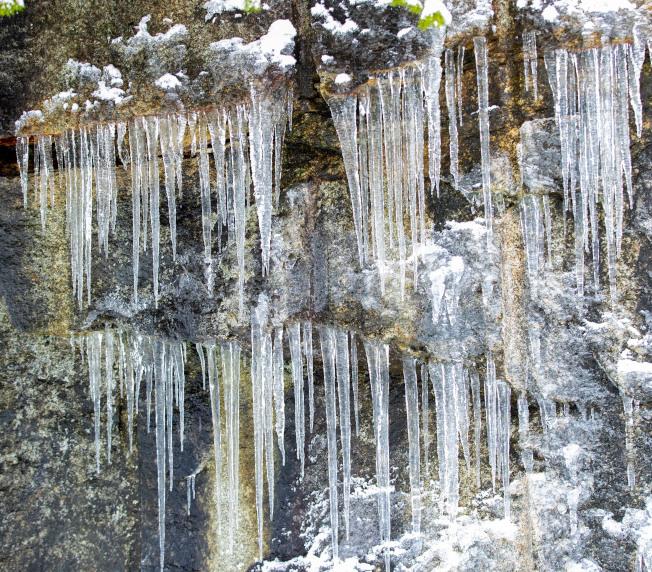 西北部地區15日開始遭到強烈暴風雪的猛烈襲擊,許多地區降雪一到兩呎,風力時速逾80哩,從加州到伊利諾州的22個州都發布強風暴警告。圖為華盛頓州二號高速公路旁的冰柱奇觀。(美聯社)