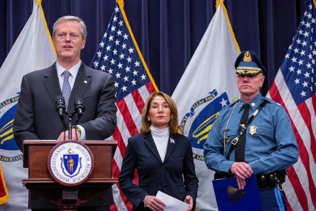 州長貝克和州警警長梅森(右)宣布新提案。圖為早前貝克指定梅森接任警長。(州長辦公室提供)