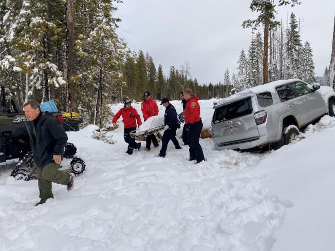 加州68歲失智婦人寶拉‧詹姆斯失蹤一周後,幸運地於15日中午在白雪覆蓋的銀色豐田多功能車內被尋獲生還。(美聯社)