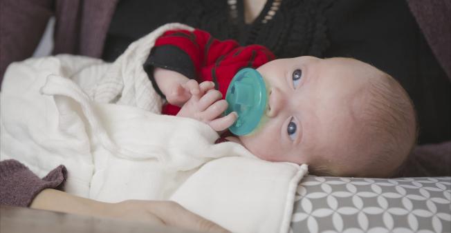 賓州婦女在接受子宮移植後,去年11月成功生子,圖為這名新生男嬰。(美聯社)