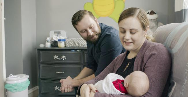 賓州婦女Jennifer Gobrecht接受子宮移植後,去年11月成功生子,圖為兩夫婦抱著新生的男嬰。(美聯社)