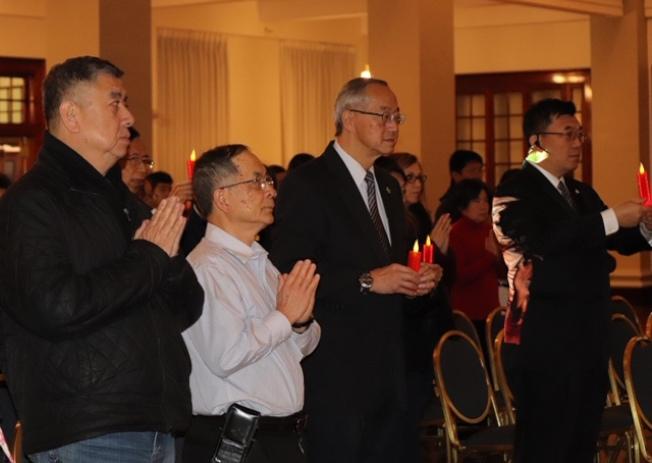 慈済負責人李大立(左三)帶動點燭祈福。(記者張瓊月/攝影)