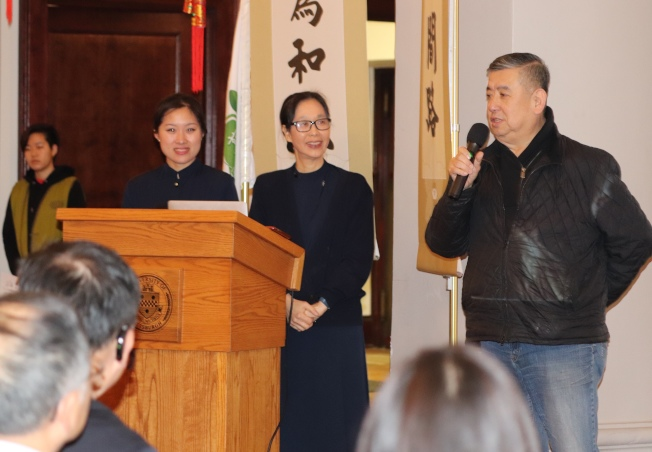 中餐協會陳飛捐助貧童。(記者張瓊月/攝影)