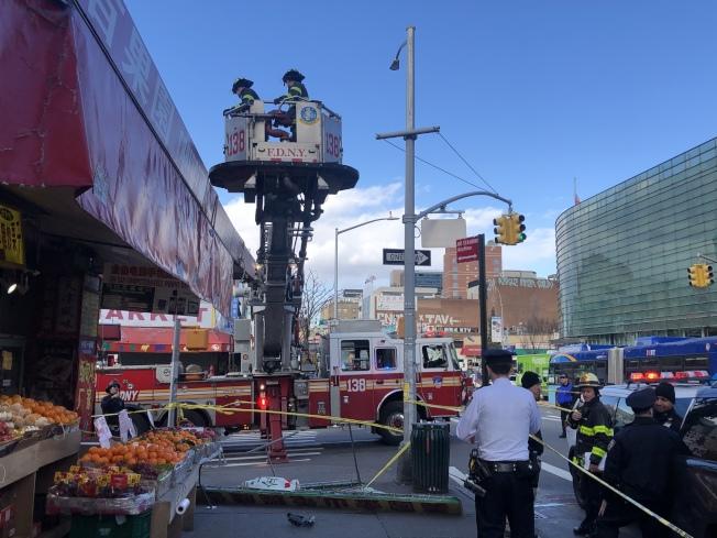 消防員檢查大樓其他招牌。(記者朱蕾/攝影)