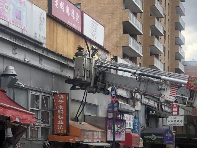 消防員檢查事發大樓外部。(記者朱蕾/攝影)