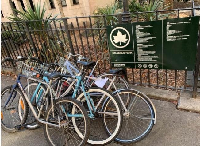 五分局警員已清理堆疊在哥倫布公園的廢棄單車。(取自五分局推特)