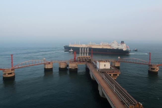 專家分析,美中簽署第一階段貿易協議後,第二回合貿易談判將進入「深水區」。圖為油輪離開中國大連港碼頭,航向深海。(路透)
