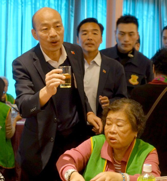 高雄市長韓國瑜(左)日前「以茶代酒」,逐桌祝福長輩新年快樂。(記者楊濡嘉/攝影)