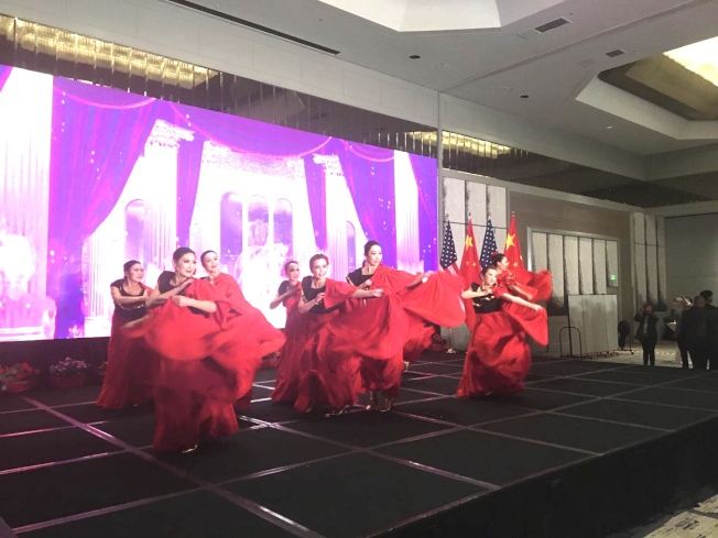社區團體歌舞表演。(記者啟鉻/攝影)