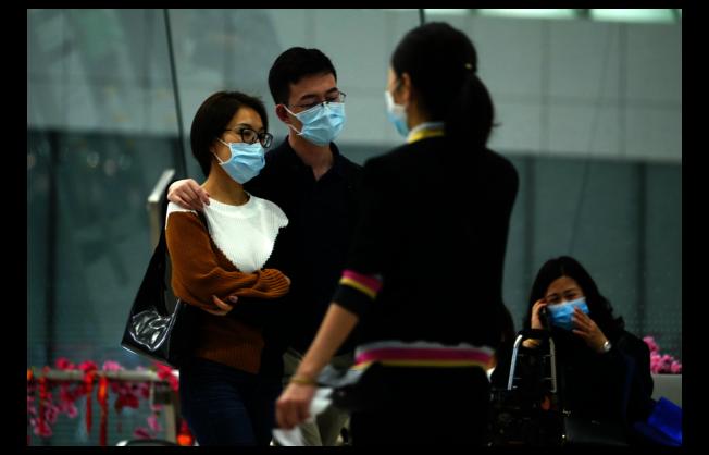 「武漢肺炎」新增一名死亡病例,圖為香港西九龍高鐵站,不少旅客都戴上口罩預防病毒感染。(中通社)