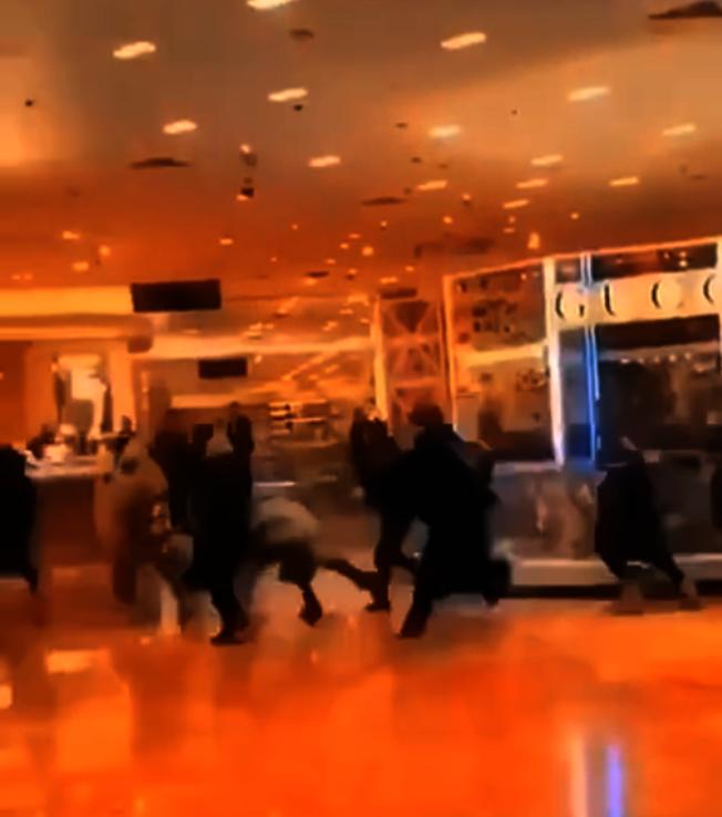 中國遊客狂奔湧入巴黎老佛爺百貨公司血拼,吸引大批法國媒體報導。(截自影片)