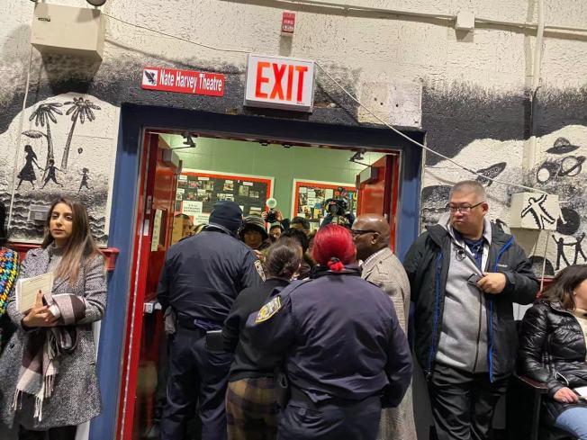 皇后區第26學區里民會議一度因為參與人數過多,由紐約市警限制進場人數。(記者牟蘭/攝影)