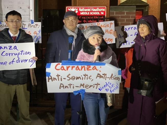 華裔家長寒風中在里民會外抗議;講話者為胡小媛,左一為臧東慧。(記者牟蘭/攝影)