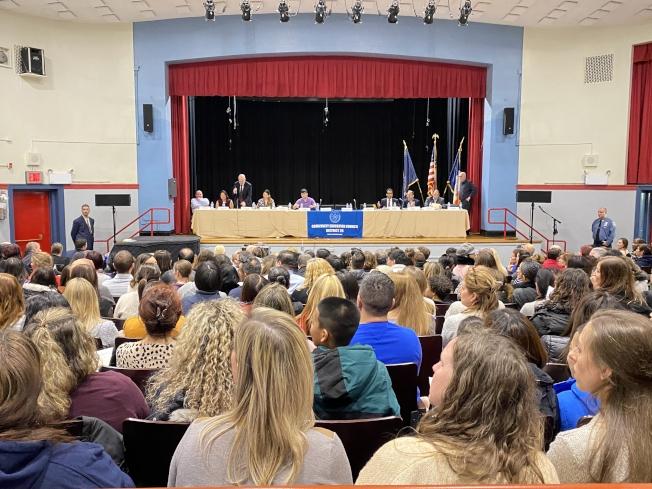 皇后區第26學區里民會議吸引數百名家長參與。(記者牟蘭/攝影)