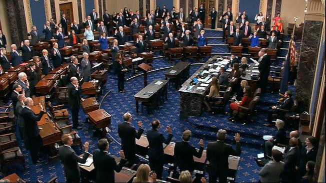 參院審理彈劾川普總統案,16日進行準備程序,最高法院首席大法官羅伯茲主持議員宣誓。(美聯社)