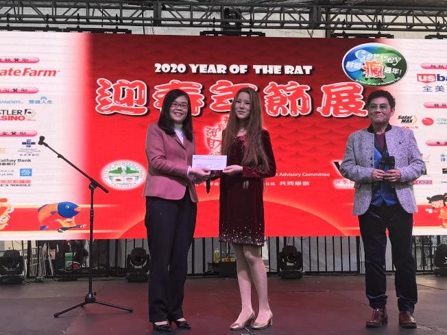洛杉磯世界日報社社長于趾琴(左一)為世界好聲音獲獎選手Chelsea Snow頒獎。(記者啟鉻╱攝影)