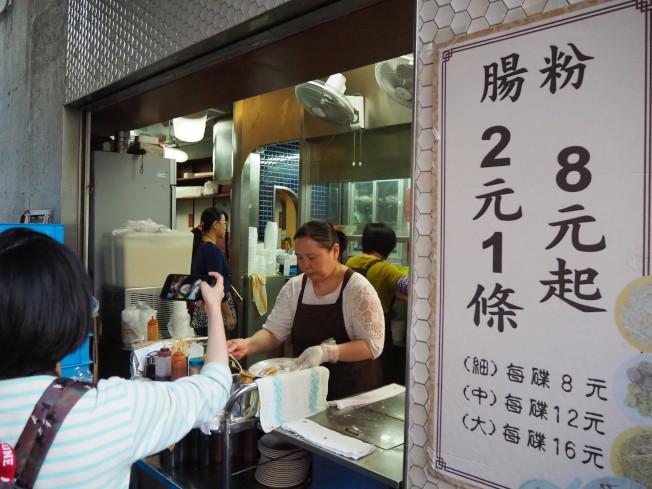 每條2元的腸粉,是香港的平民美食。(記者羅建怡/攝影)