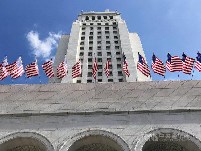 美國職棒偷暗號醜聞延燒,洛杉磯市議員塞迪約(Gil Cedillo)提案,請求大聯盟把2017年、2018年的總冠軍改頒給洛杉磯道奇隊。圖為洛杉磯市議會所在地的市政廳。中央社