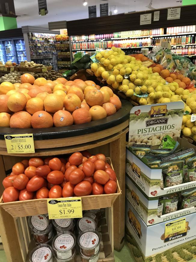 許多水果是基因改造,每次食用不要超過一個拳頭大小,否則糖分攝取易超標。(記者賴蕙榆/攝影)