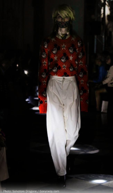 Gucci橙色米老鼠毛衣復古摩登。(取自Gorunway)