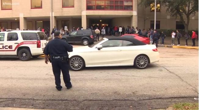 百利高中16日一早學生排隊安檢。(KHOU11)