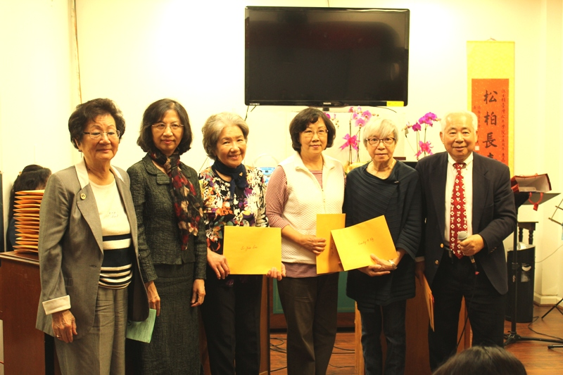 王貞慧(左一)、陳奕芳(左二)、許勝弘(左一)和得獎學員合影。(記者盧淑君/攝影)