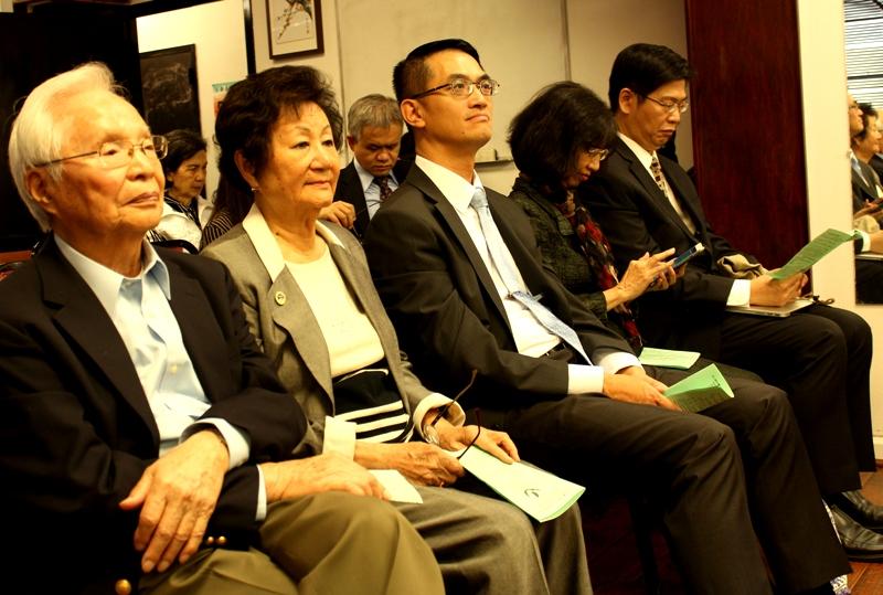 陳家彥(左三),松年學院2020年春季學期開學典禮觀禮。(記者盧淑君/攝影)