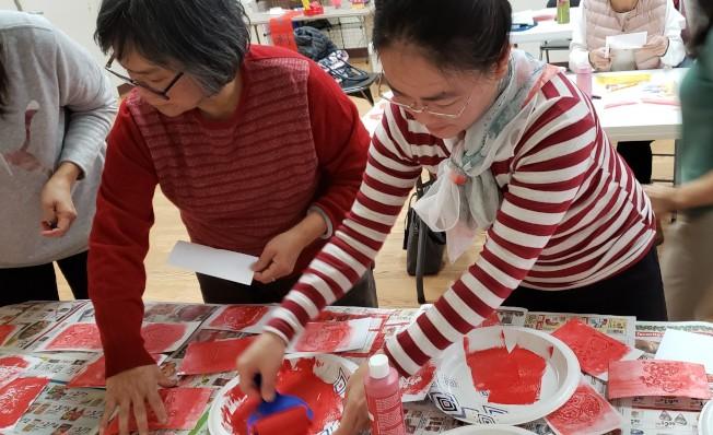 波士頓地區各校中文老師在新英格蘭中文教師專業協會舉辦的研習活動,動手體驗做春節圖案拓印勞作的樂趣。(記者唐嘉麗/攝影)