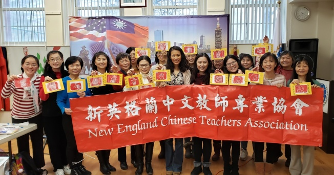新英格蘭中文教師專業協會日前舉辦研習會,中文老師一起準備春節課程和活動,大家展示現學的春節圖案拓印勞作成品。(記者唐嘉麗/攝影)