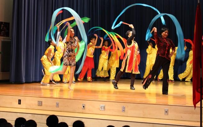 波士頓文藝復興特許學校中文班學生去年過春節表演彩帶舞。( 檔案照片)