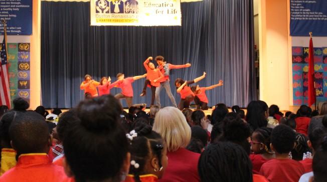 波士頓文藝復興特許學校去年的春節慶祝會,台上台下一片中國新年紅。( 檔案照片)