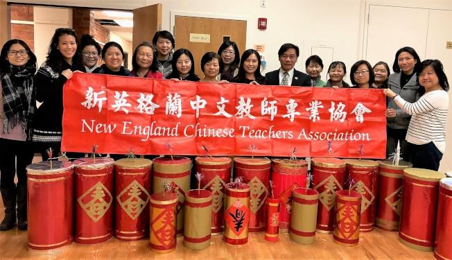 新英格蘭中文教師專業協會去年春節前舉辦製作大型鞭炮講座,許多公校僑校老師一起學做喜氣洋洋的大鞭炮,帶回學校布置教室。(張君芳提供)