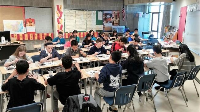 麻州勒星頓克拉克中學中文班學生寫對聯布置學校。(本報檔案資料)