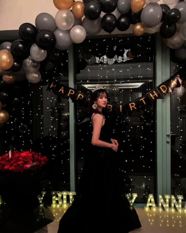 姚安娜身穿黑色禮服,頭戴皇冠。(社群媒體截圖)