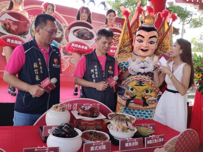 台南新營太子宮廟首度投入市場,廟方人員介紹年菜特色。(記者謝進盛/攝影)