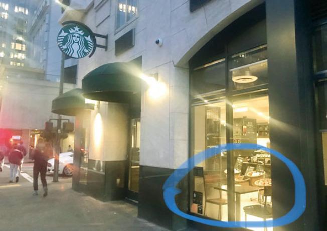 被搶電腦的華裔男子,就坐在接近咖啡店大門及玻璃窗旁的第一個桌子(藍圈位置)。(記者李秀蘭/攝影)