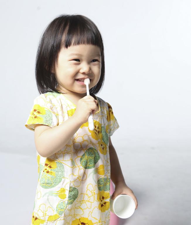 每天至少刷牙兩次,其中一次一定要在睡前,而且要用含氟牙膏,預防蛀牙的效果更好。(本報資料照片)