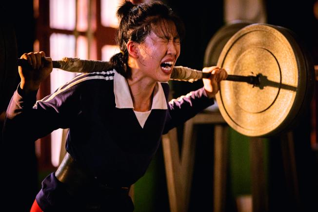 《中國女排》劇照,白浪飾球員郎平,全力訓練,神還原母親「鐵榔頭」拚搏丰采。(取材自中新周刊)