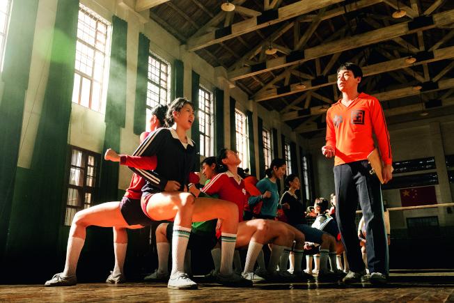 電影《中國女排》展現青年陳忠和陪練經歷 。(取材自中新周刊)