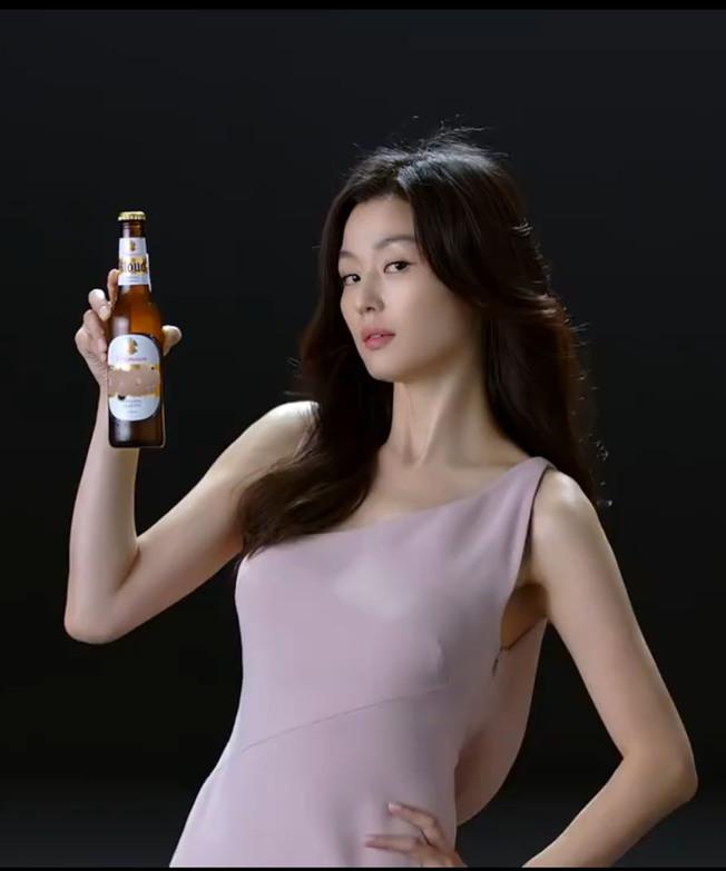 全智賢接拍啤酒廣告,被發現上圍激升。(取材自微博)
