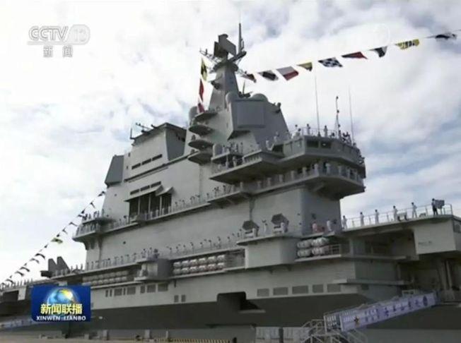 山東艦的艦島,駕駛台改為雙層,上方的雷達天線為平板型。 (央視畫面截圖)