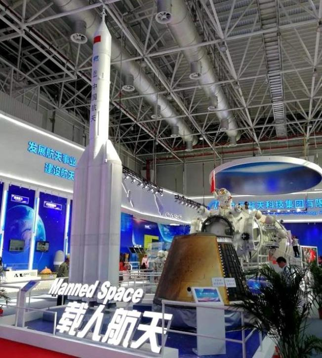 中國航天科技集團研製中國新一代載人飛船(右)。(取材自新京報)