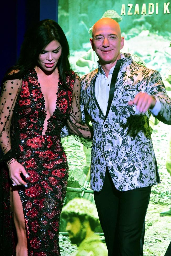 貝佐斯與女友羅倫桑切斯16日出席孟買活動。Getty Images