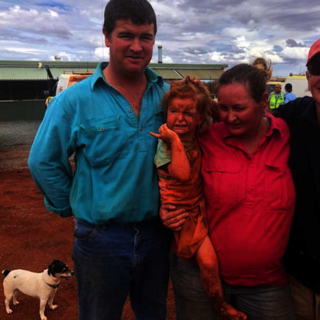 澳洲各地近日陸續降下大雨,讓飽受野火乾旱侵襲的地區能稍獲喘息。但暴雨來襲也導致部分地方發生洪水,1名小女孩日前帶著狗狗出家門散步就因此失蹤,幸好在經過一天平安尋獲,獲救時全身還沾滿泥濘。Western Australia Police Force