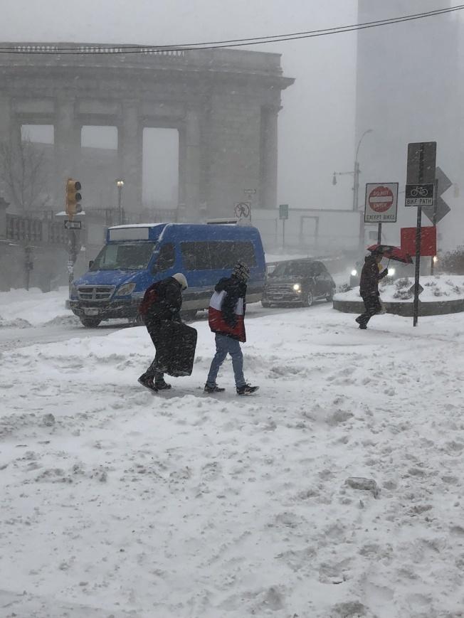 紐約周末遇低溫和降雪,州長籲民避免不必要出行。(本報檔案照)