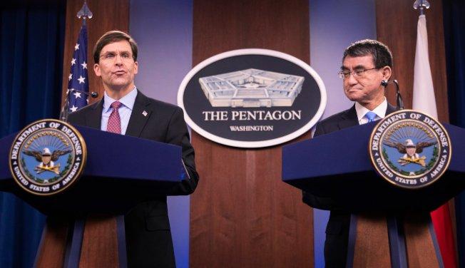 美國國防部長艾斯博(左)和日本防衛大臣河野太郎,14日出席在五角大廈舉行的新聞發布會。 (美聯社)