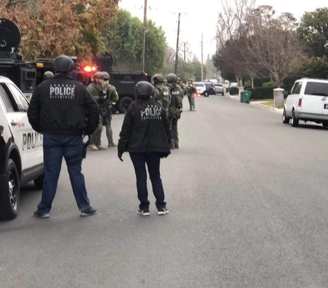 亞凱迪亞警方16日一早出動警力和警犬,搜查位於Walnut街300號街區的一棟房屋。(讀者提供)